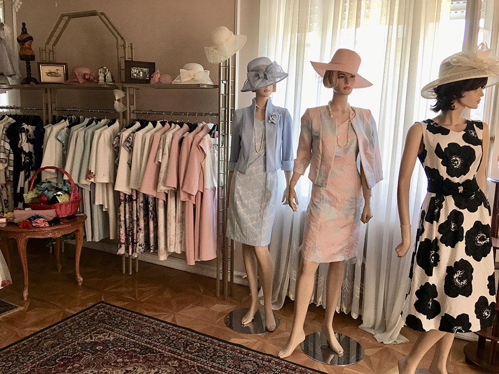 c4f089d156 Családi vállalkozásunk négy évtizede foglalkozik női- és gyermek elegáns és alkalmi  ruhák tervezésével, gyártásával és értékesítésével.